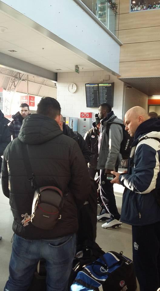 koszykarze Rosy na lotnisku w Modlinie