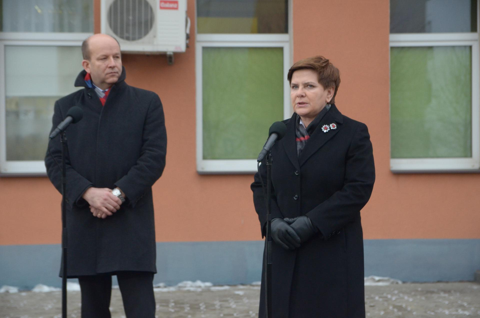 Beata Szydło i Konstaty Radziwiłl przed przychodnią na Południu