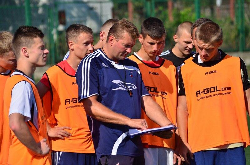 Trener Artur Kupiec podczas treningu z piłkarzami