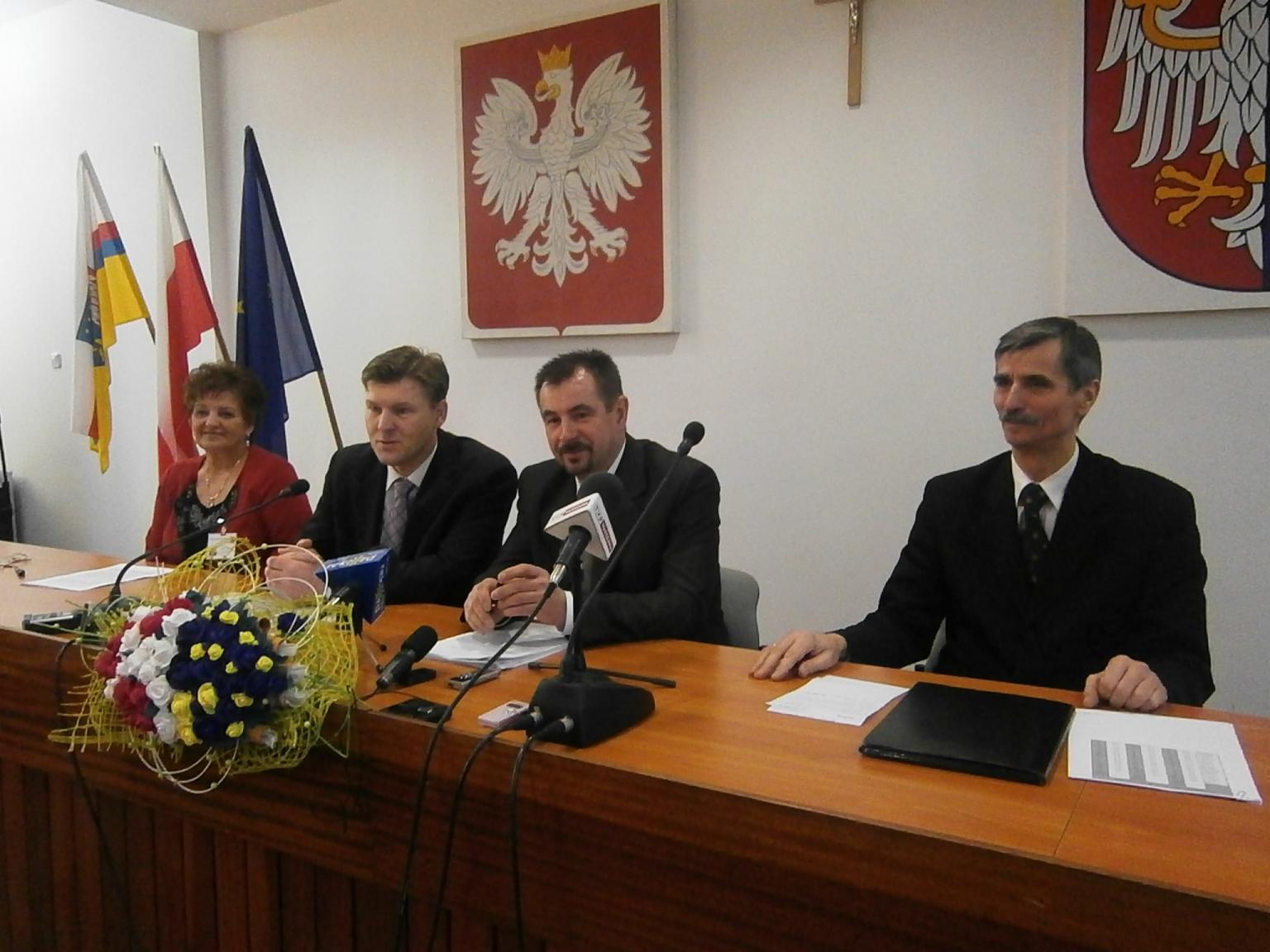od prawej: dyrektor PUP Józef Bakuła, Starosta Mirosław Ślifirczyk, Wicestarosta Waldemar Trelka, Powiatowy Rzecznik Praw Konsumenta Jadwiga Rojek