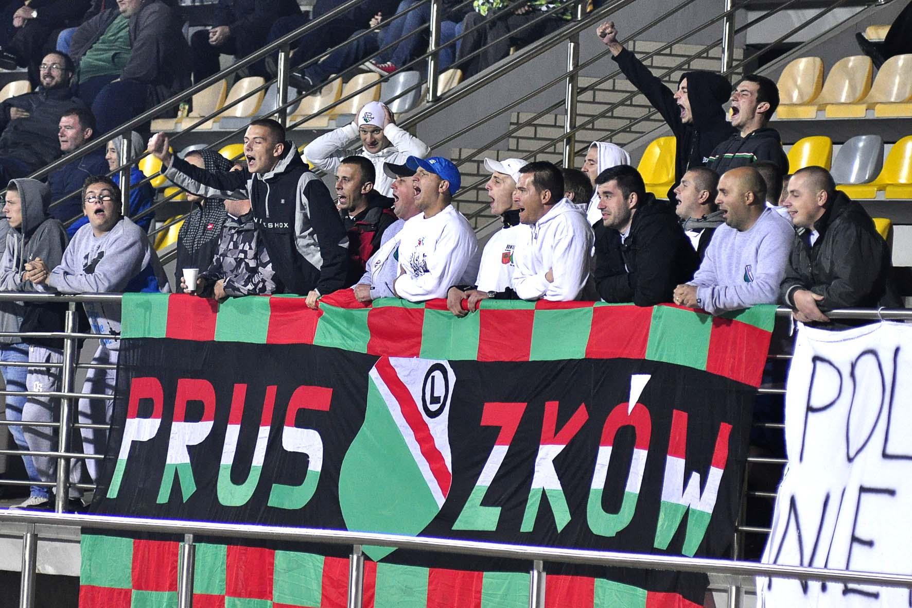 kibice z Pruszkowa wyszli w II połowie gry ze stadionu Znicza - kibiców Radomiaka nie wpuszczono na mecz fot. S W