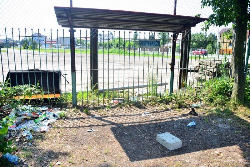 ławka rezerwowych na boisku przy ul Słowackiego fot. M S