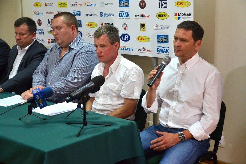 Mariusz Karol ( pierwszy z prawej) trener ROSY fot. M S