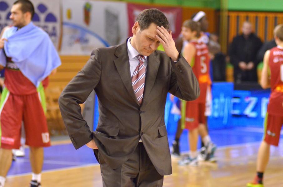 Trener ROSY Mariusz Karol nie krył niezadowolenia po meczu z Polpharmą fot. M S